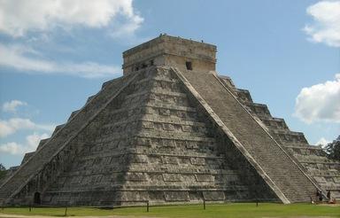 Chichén Itzá: Die Ruinenstätte der Maya liegt auf der mexikanischen Halbinsel Yucatán. Die Pyramide von Kukulkán (Bild) ist der bekannteste Einzelbau. Neben Pyramiden, Tempeln und Säulenhallen finden sich dort auch Ballspielplätze.