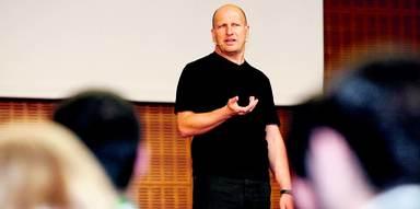 Schauspieldozent und Coach Stefan Spies spielte zahlreiche Szenen, um die Wirkung der Körpersprache zu demonstrieren.