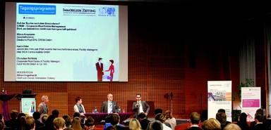 IZ-Redakteur Albert Engelhardt im Gespräch mit Karin Eder, Klaus Ansmann und Christian Schlicht (v.l.n.r.), die Einblicke in die Immobilienaufgaben im Corporate Real Estate Management gaben.