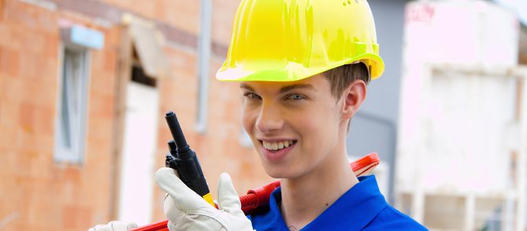 Wer sich für eine Ausbildung in der Bauwirtschaft entschieden hat, bereut die Entscheidung nur selten: 94% der befragten Azubis sind zufrieden mit iher aktuellen Berufsausbildung.
