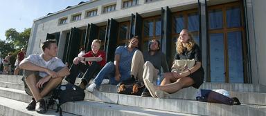 Studenten vor dem Leisler-Kiep-Center in Oestrich-Winkel.