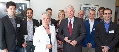Der Vorstandsvorsitzende von Bilfinger Berger, Roland Koch (sechster v.l.), lud Stipendiaten des Deutschlandstipendiums und Bundesbildungsministerin Annette Schavan (dritte v.l.) zum Gespräch in den Mannheimer Hauptsitz ein.