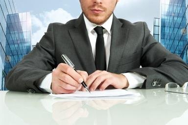 Wer von seinem Arbeitgeber Prokura erhält und fortan zeichnungsberechtigt ist, sollte sich über die arbeitsrechtlichen Konsequenzen des neuen Amtes vorab informieren.