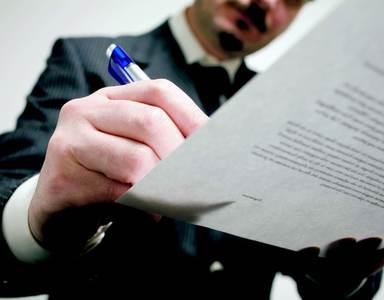 Geschäftsführer sind nicht nur für das Unternehmen zeichnungsberechtigt, sondern sind auch für ihre eigene Absicherung verantwortlich. Die neuere Rechtsprechung gesteht ihnen jedoch auch einige Arbeitnehmerrechte zu.