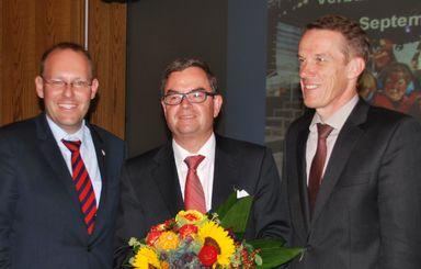 Neuer Geschäftsführer des Zweckverbands Flugfeld Böblingen/Sindelfingen ist Erwin Brenner (Mitte). Mit ihm freuen sich Sindelfingens OB Bernd Vöhriger (links) und Böblingens OB Wolfgang Lützner.