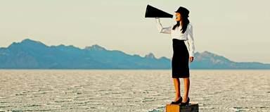 Wenn Frau auch ohne Megafon ihr Publikum erreichen und nicht als einsame Ruferin sinnbildlich in der Wüste stehen will, dann sollte sie über ein Stimmtraining nachdenken.