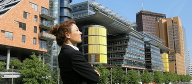 Die Zukunft sei weiblich, heißt es oft. Doch von einer gleichberechtigten Teilhabe in der Arbeitswelt kann noch keine Rede sein, denn 72% der befragten Frauen machen spezifische Problemfelder für Frauen in ihrem Unternehmen aus.