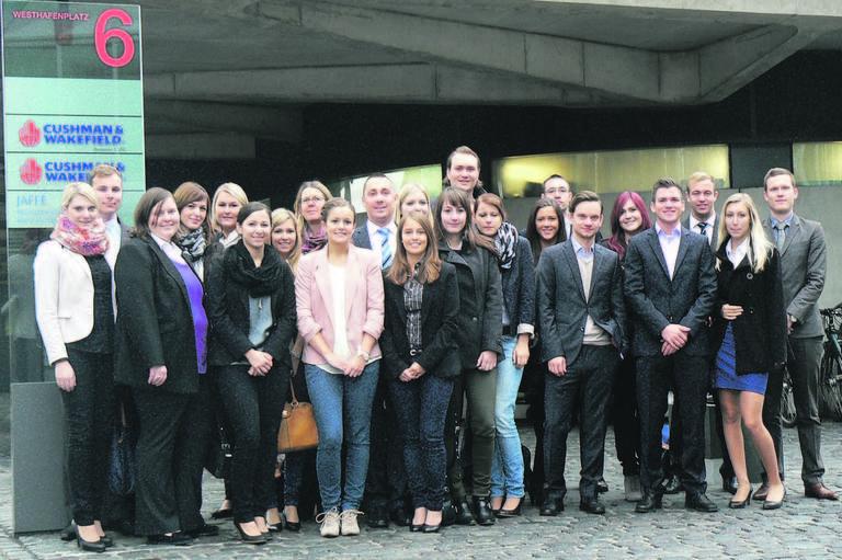 Auch bei Cushman & Wakefield am Frankfurter Westhafen waren die 23 HfWU-Studenten in Begleitung ihrer Dozentin Gisela Francis Vogt (achte v.l.) zu Besuch und informierten sich über die Praktikumsangebote.