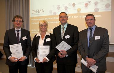 Vier Fachwirte hat Gefma für ihre Projektarbeiten ausgezeichnet (v.l.n.r.): Peter Ziesche, Carina Reiß, Hansjürgen Siemen und Joachim Binner.