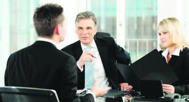 """Personalberater prüfen Kandidaten genau im persönlichen Gespräch. Erscheint der Bewerber fachlich ausreichend qualifiziert zu sein sowie zur Unternehmenskultur zu passen, kommt er auf die """"shortlist"""", die später das auftraggebende Unternehmen erhält."""