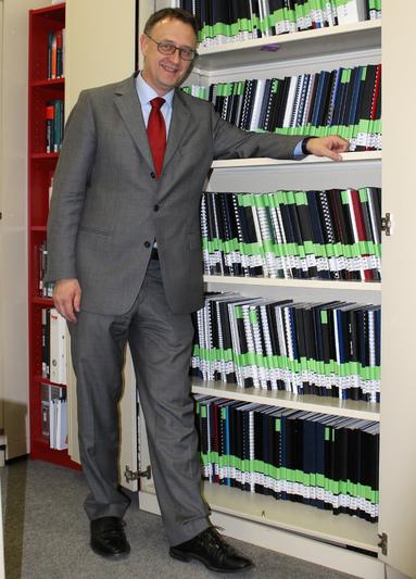 Prof. Dr. Ulrich Bogenstätter möchte, dass das Wissen der Studenten geteilt werden kann. So wie bei diesen Abschlussarbeiten im Schrank, die alle einsehbar sind.