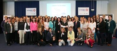 Zum Frauennetzwerktag von Vinci Deutschland war die ehemalige taz-Chefredakteurin Bascha Mika (zweite Reihe, siebte von rechts) als Referentin geladen, die den Frauen Mut zusprach, im Job auch nach höheren Positionen zu streben.