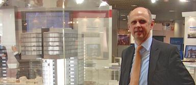 Winfried Siebers vor dem Modell des Kranhauses in Köln, für das Development Partner 2009 einen Mipim Award bekam.