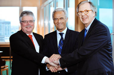 Walter Rasch (rechts) übergibt den BID-Vorsitz an ZIA-Präsident Andreas Mattner (links). Zur Übergabeveranstaltung kam Bundesbauminister Peter Ramsauer.