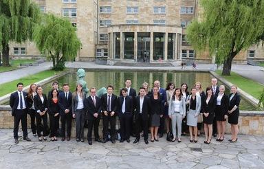 Ein Gruppe von Studenten der Hochschule für Wirtschaft und Umwelt Nürtingen-Geislingen mit einem ihrer Professoren auf dem Weg zum IZ-Karriereforum.