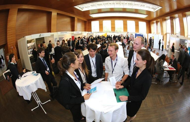 Im Ausstellersaal wurden viele längere Gespräche an den Tischreihen geführt. Wer gerade keine Termine hatte, konnte sich Unternehmensvorstellungen oder Vorträge anhören sowie die eigenen Bewerbungsunterlagen von einem Profi prüfen lassen.