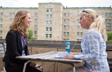 Carolin (li.) hatte ihren Termin für den Bewerbungsmappencheck bei Britta Hesse. Die beiden zog es auf die Dachterrasse des Casinogebäudes.