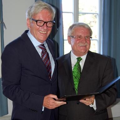 HfWU-Rektor Prof. Dr. Werner Ziegler (rechts) überreicht Herbert Klingohr die Ernennungsurkunde zum Ehrensenator.