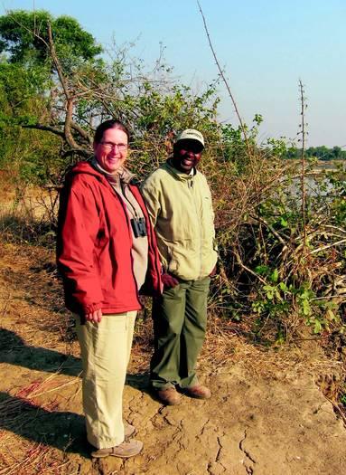 Christine Bernhofer war schon 16, 17 Mal in Afrika. Hier steht sie zusammen mit ihrem Guide Malama am Ufer des Flusses Luangwa im South Luangwa National Park in Sambia.
