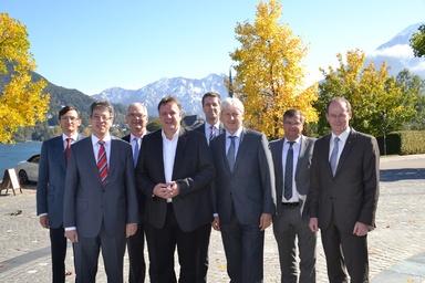 Der neue Vorstand des Bundesverbands Deutscher Fertigbau (von links): Alexander Lux, Johannes Schwörer, Georg Huf, Dr. Frank Gussek, Axel Quaiser, Volker Noller, Thomas Sapper und Dr. Mathias Schäfer.