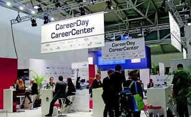 """Am Ende von Halle A2 bot die CareerCenter-Fläche auf der diesjährigen ExpoReal einen relativ diskreten ersten Anlaufpunkt für Jobsuchende. Mancheiner erkundigte sich dann aber doch erst einmal nach Einstiegschancen für einen """"Verwandten""""."""