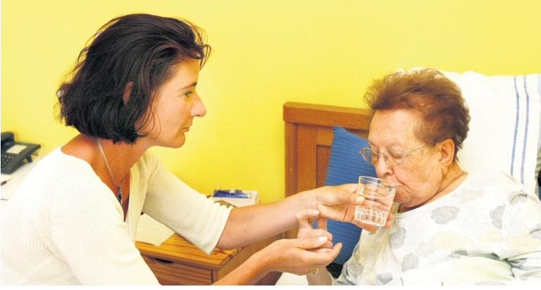 57% aller Berufstätigen würden pflegebedürftige Angehörigen gern selbst betreuen - eine Herausforderung für Unternehmen.