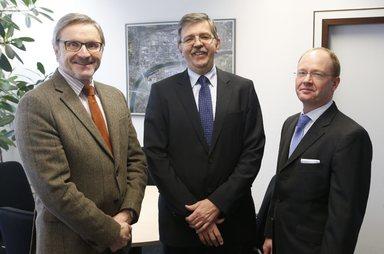 Thomas Schmidt (Mitte) folgt auf Hans-Jürgen Kröger (links) als Geschäftsführer von Infraserv Logistics. Jochen Schmidt bleibt unverändert Geschäftsführer des Unternehmens.