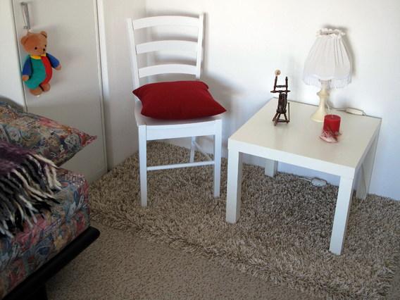 Ist künftig leichter ein Platz für Tisch, Stuhl und Couch zu finden? Das Sozialreferat München hat die Mietobergrenzen für Hartz-IV-Empfänger gehoben.  Bild: Pixelio.de/Rolf