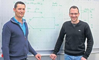 Marcel Ari und Christof Schneider (rechts im Bild und kleines Bild unten) pendeln seit einem halben Jahr zwischen Baustelle und Hörsaal. Die beiden absolvieren den Bachelor-Studiengang Baustellenmanagement an der FH Münster.