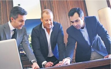 Kay Schulte (Mitte) mit seinen beiden spanischen Partnern Francisco Mercadal (links) und Sergio Pereda. Beide lernte er kennen, als er sich selbst eine Altbauwohnung in Palma kaufte.