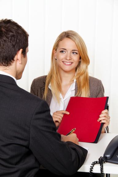 Welche Fragen haben Sie zum Thema Bewerbung in der Immobilienwirtschaft? Mailen Sie sie an MeineFrage[at]iz.de – zwei Profis beantworten Sie ihnen.