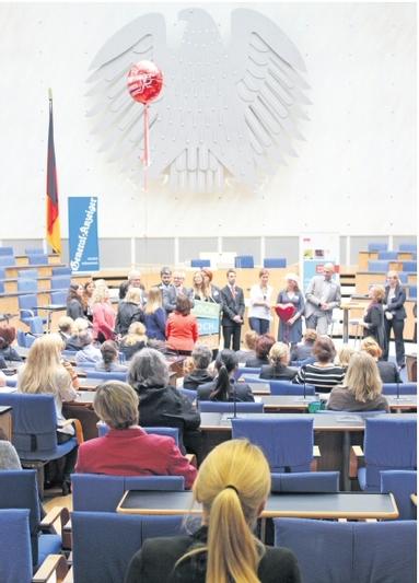 Im ehemaligen Plenarsaal des Bundestags in Bonn buhlten Arbeitgeber in Kurzpräsentationen um weibliche Mitarbeiter.