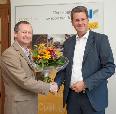 Oberbürgermeister Patrick Burghardt (r.) gratuliert Gewobau-Geschäftsführer Torsten Regenstein zur Wiederbestellung.