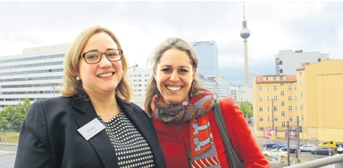 Über den Dächern von Berlin diskutierten die Teilnehmerinnen, wie sie Familie und Beruf vereinbaren und dabei trotzdem Gestalterin ihres Berufswegs bleiben: Cristina Bäppler (links), Mutter von vier Kindern, gründete vor einem Jahr ihr eigenes Unternehmen. Lara von Tippelskirch wechselte vom Konzern zum Start-up und wieder in einen Konzern. Als Branchenexterne – sie arbeitet bei Ebay Deutschland – gab sie den Impuls zum Duzen.