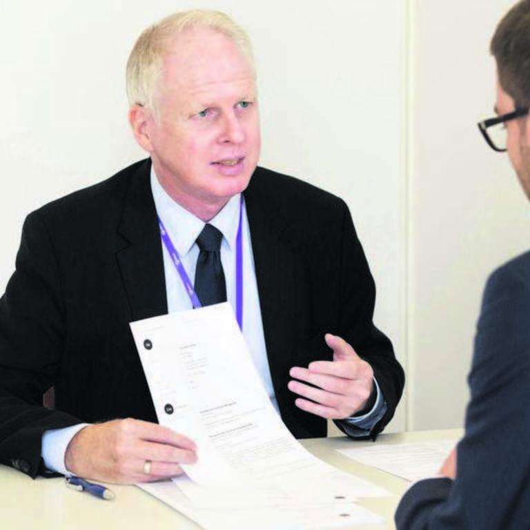 Olaf Kenneweg von Kenneweg Property Personalberatung prüfte die Bewerbungsmappen von Teilnehmern des IZ-Karriereforums. Mit der Formulierung eines aussagekräftigen Lebenslaufs hatten einige Studenten noch Schwierigkeiten.