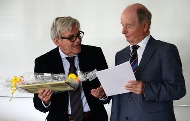 Der Freundeskreis-Vorsitzende Herbert Klingohr (links) überreicht die Urkunde an Volker Hardegen.