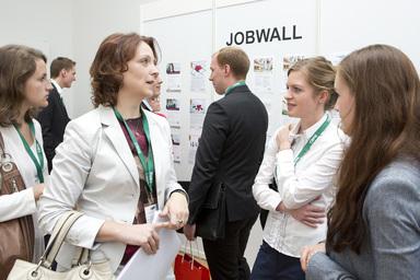 Was Interessantes an der Jobwall gefunden? Das IZ-Karriereforum bietet Absolventen die Chance, Jobs zu finden und Unternehmen kennenzulernen.