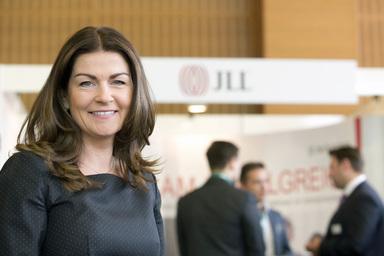 Izabela Danner, Head of Human Resources bei JLL, arbeitet an neuen Einstiegsmöglichkeiten und Karrierepfaden. Offenbar mit Erfolg, denn 2013 verzeichnete JLL die niedrigste Fluktuation seit drei Jahren.