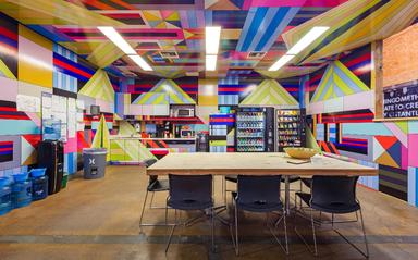 Der Surf- und Sportwear-Hersteller Hurley hat die Küche für seine Mitarbeiter am Hauptsitz in Kalifornien vom Grafikkünstler Dalek gestalten lassen.
