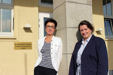 Stabwechsel an der Berufsakademie Sachsen: Prof. Dr. Kerry-U. Brauer (links) übernahm als Direktorin die Leitung der Akademie. Prof. Dr. Bettina Lange trat ihre Nachfolge als Leiterin der Studienrichtung Immobilienwirtschaft an.