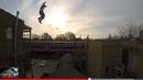 Stuntman springt über ein Haus