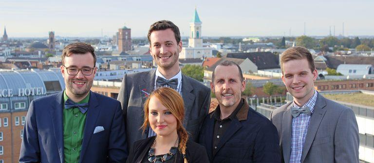 Unternehmensgründer Thomas Kunz (2.v.r.) mit einigen Teammitarbeitern: Mitgesellschafter Marco Ziegler (2.v.l.) und den Auszubildenden Boris Mäckler (links außen), Cathrin Wolf und Jan Kampmann. Die Fliege ist die Uniform des Unternehmens und Pflicht für alle männlichen Angestellten.