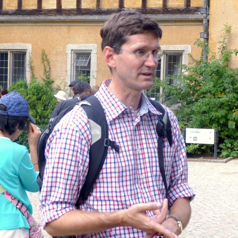 Spaziergang in Potsdams Schlösserlandschaft - hier mit Gästen vor Schloss Cecilienhof.