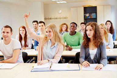 Wissen ist wichtig. Doch die Studienzeit sollte auch für Aktivitäten jenseits von Hörsaal und Bibliothek genutzt werden, dazu raten selbst die Hochschullehrer und Akademieleiter.