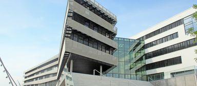 Die Lage stimmt. Eines der größten aktuellen Stadtentwicklungsprojekte Europas gab der Universität ihren Namen - die Hafencity. In diesem Jahr bezog die Hochschule ihren Neubau am Kaiufer.