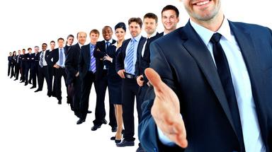 Schlange stehen für den Job? In ihrer aktuellen Umfrage ermittelt die Immobilien Zeitung die Arbeitsmarktlage in der Branche.