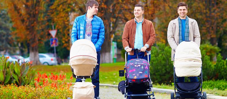 Hand aufs Herz: Wirkt dieser Anblick der drei Väter mit Kinderwagen irritierend auf Sie? Das könnte daran liegen, dass immer noch überwiegend Mütter in Elternzeit gehen. Doch Männer nutzen diese Chance, früh eine enge Bindung zu ihrem Kind aufzubauen, inzwischen immer öfter.