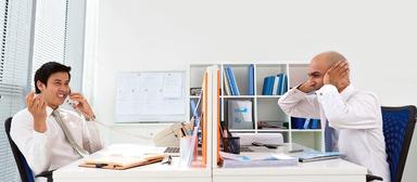 Laute Privatgespräche zählen zu den zehn am häufigsten genannten Sünden im Büro und können die Arbeit ganz schön vermiesen.