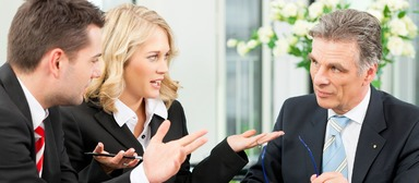Über die Vermarktungsstrategie und das Honorar wird erst beim zweiten Treffen, das im Maklerbüro stattfindet, gesprochen.