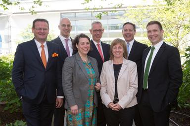 Der neue gif-Vorstand: Präsident Prof. Dr. Tobias Just (ganz rechts) und Prof. Dr. Silke Weidner (rechts).